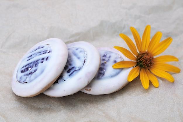 Lekkere koekjes op papier met gele bloem