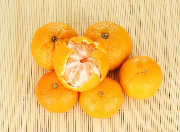 Lekkere mandarijnen op bamboe mat