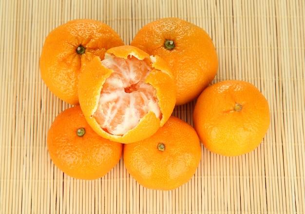 Lekkere mandarijnen op bamboemat oppervlak