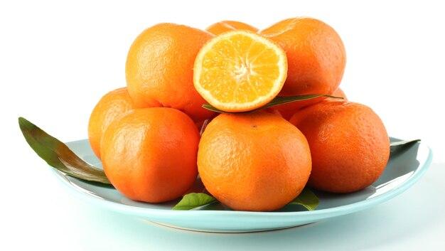 Lekkere mandarijnen op plaat geïsoleerd op white