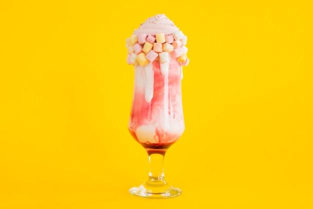 Lekkere milkshake met gele achtergrond