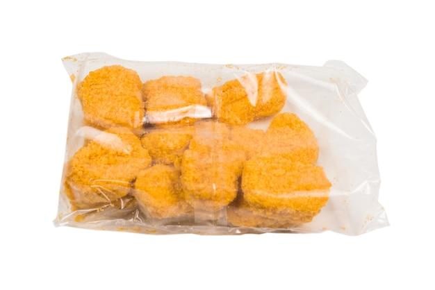 Lekkere nuggets verpakken op een witte achtergrond.