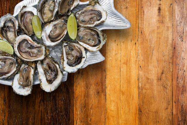 Lekkere oesters op ijs met limoenen