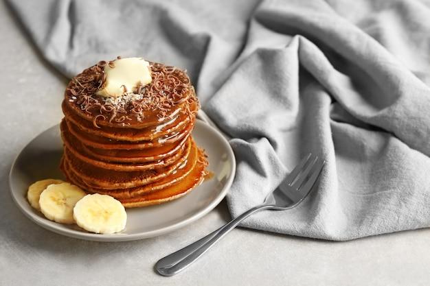 Lekkere pannenkoeken met banaan en chocoladesaus op plaat