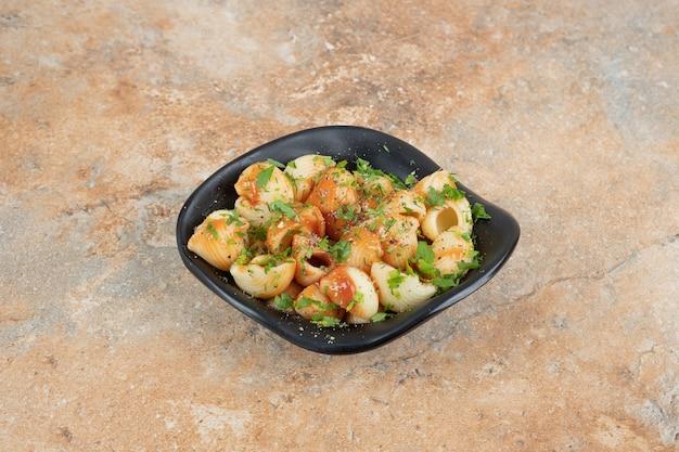Lekkere pasta in kom met tomatensaus en peterselie