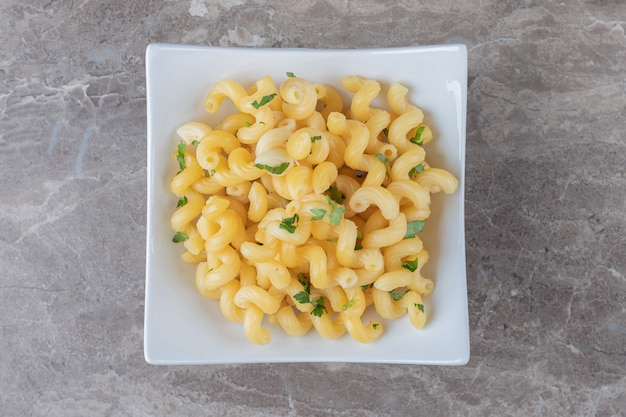 Lekkere pasta met groene groenten, op het marmer.