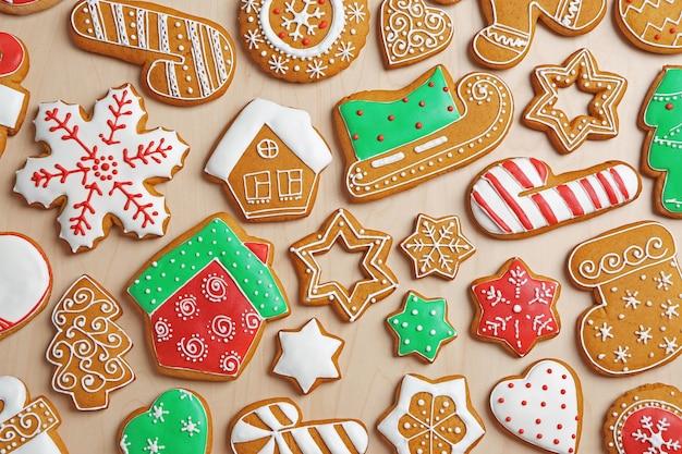 Lekkere peperkoek cookies op houten achtergrond wooden