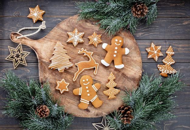 Lekkere peperkoekkoekjes en kerstdecor op houten ondergrond.