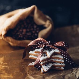 Lekkere peperkoekkoekjes op een tafel