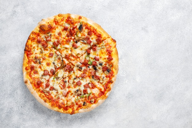 Lekkere pepperoni pizza met champignons en kruiden.