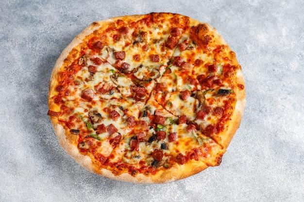 Lekkere pepperonispizza met champignons en kruiden.