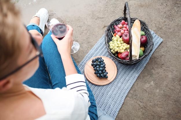 Lekkere picknick met rode wijn en zwarte druiven