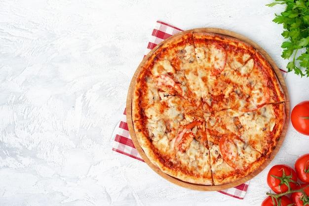Lekkere pizza met kip en champignons, bovenaanzicht
