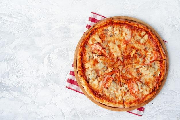 Lekkere pizza met kip en champignons bovenaanzicht