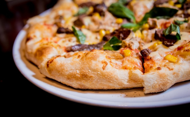 Lekkere pizza met kip en groenten. restaurant.