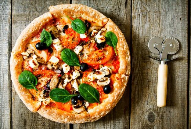 Lekkere pizza op een houten bord.