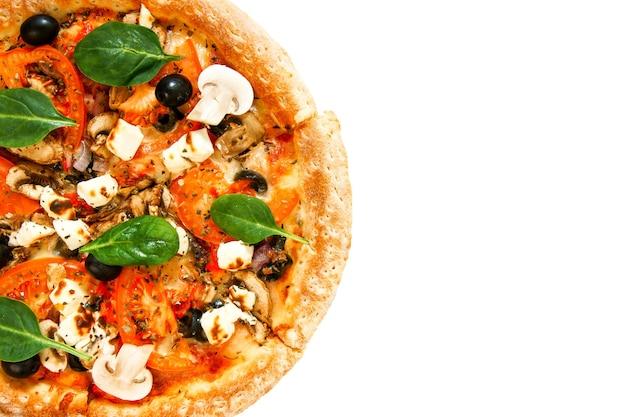 Lekkere pizza op een witte achtergrond. veggie een pizza met tomaten, olijven, champignons en kaas.