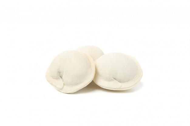 Lekkere rauwe knoedels geïsoleerd op wit