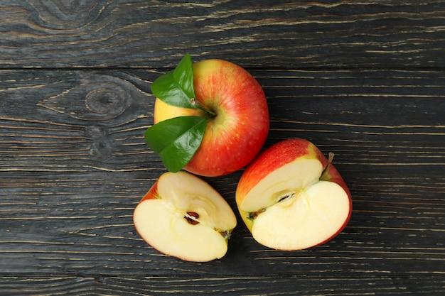 Lekkere rijpe rode appels op houten tafel