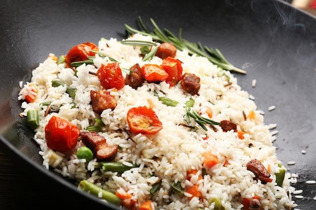 Lekkere rijst die in wok wordt voorbereid