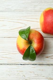 Lekkere rode appels op witte houten tafel