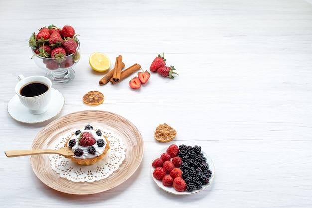 Lekkere romige cake met bessen samen met kaneel kopje koffie bessen op licht bureau, cake zoete kleur bes