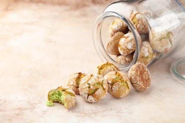 Lekkere ronde koekjes met pistache, verspreid over doorzichtige glazen bank