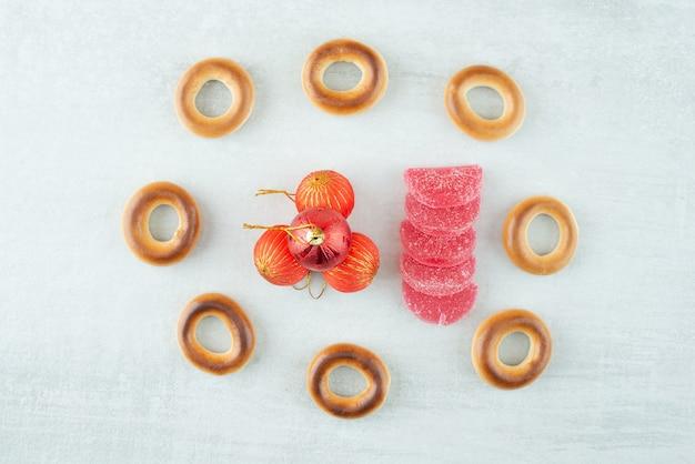 Lekkere ronde zoete koekjes met rode kerstballen op witte backround. hoge kwaliteit foto