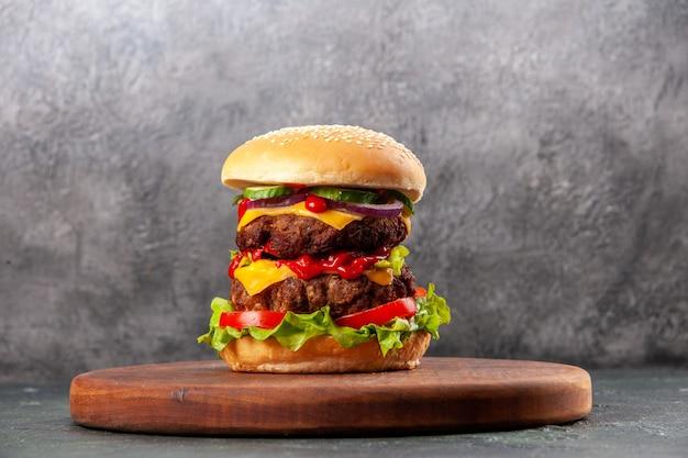Lekkere sandwich op bruin houten snijplank op ijsoppervlak met vrije ruimte