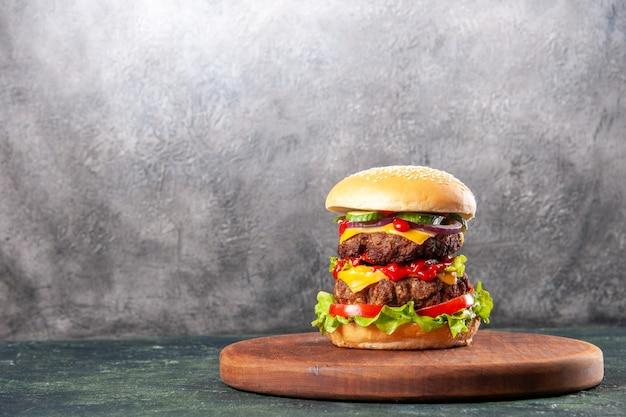 Lekkere sandwich op bruine houten snijplank aan de linkerkant op ijsoppervlak met vrije ruimte