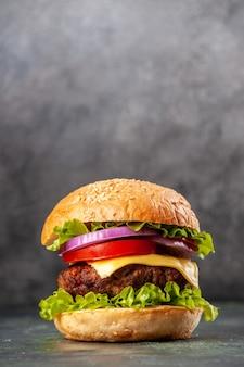 Lekkere sandwich op grijs ijsoppervlak met vrije ruimte in verticale weergave