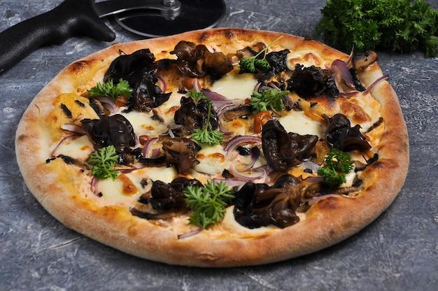 Lekkere schimmelpizza met drie soorten champignons en mozzarella kaas