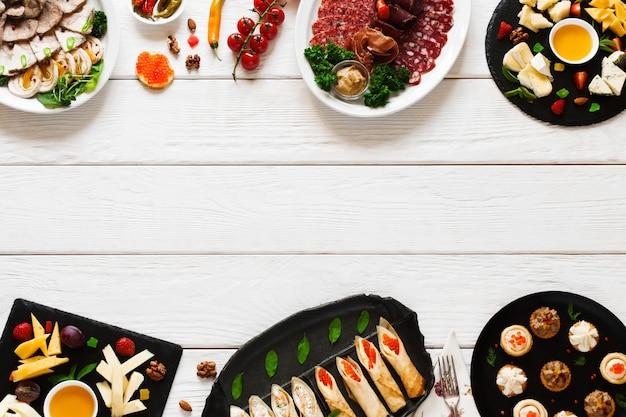 Lekkere smakelijke luxe snacks op witte houten