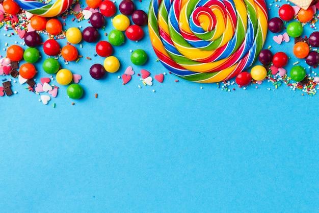 Lekkere smakelijke partijtoebehoren op heldere blauwe achtergrond