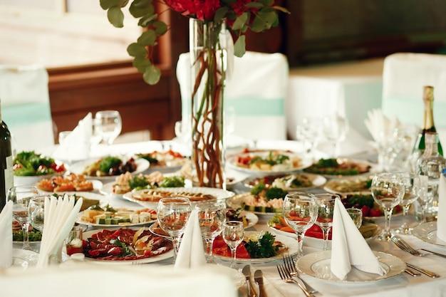Lekkere snacks met groenten en vlees staan op de ronde tafel