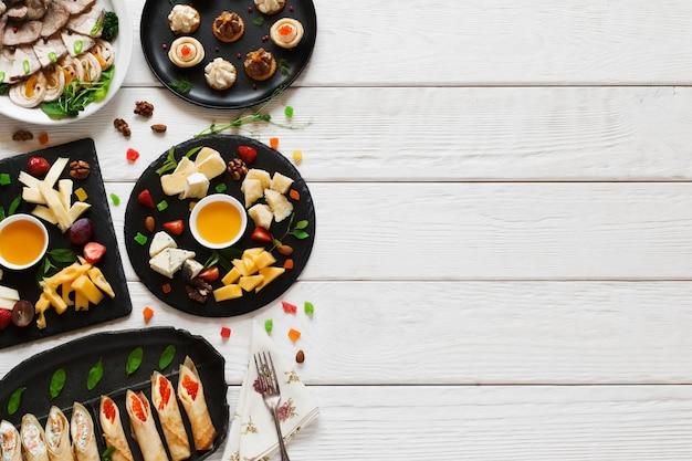 Lekkere snacks op witte houten tafel