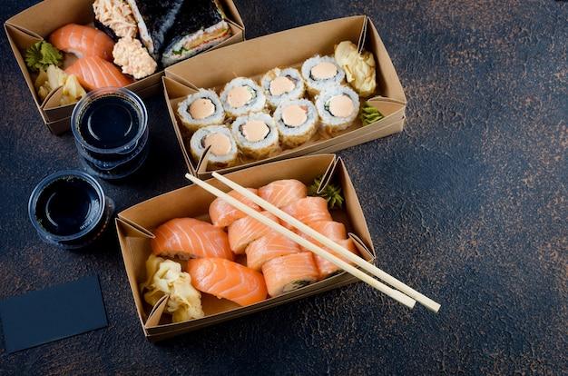 Lekkere sushi rolt in wegwerpdozen van kraftpapier