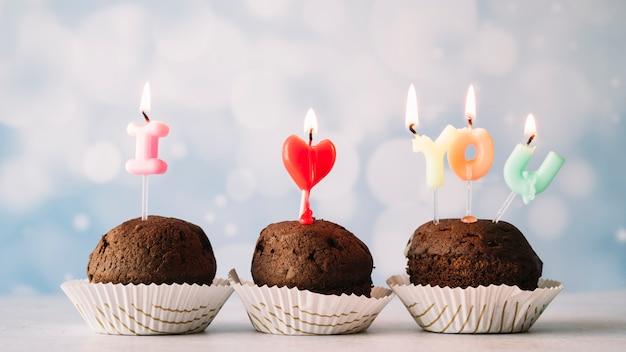 Lekkere taarten met ik hou van je inscriptie van brandende kaarsen op toverstokken