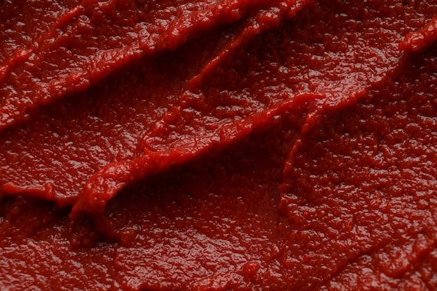 Lekkere tomatenpuree op hele achtergrond, close-up