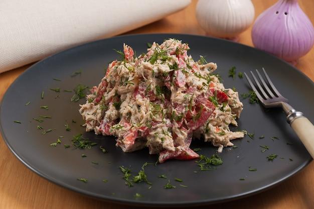 Lekkere traditionele georgische salade met kipfilet en kruiden