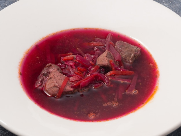 Lekkere traditionele russische en oekraïense soepborsch met rundvlees
