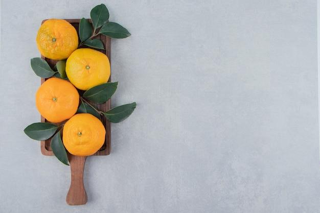 Lekkere verse mandarijnen op houten plank