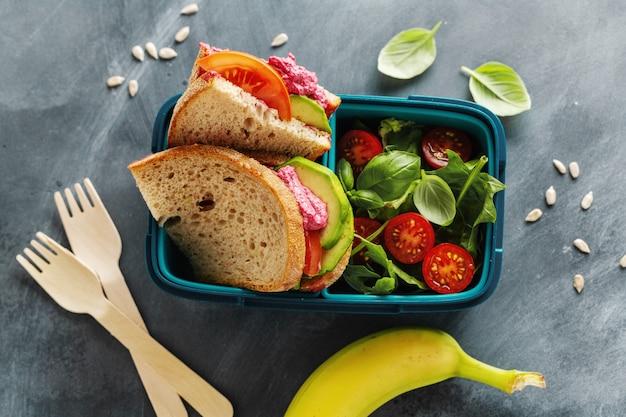 Lekkere versgemaakte gezonde vegan lunch om te serveren in lunchbox. detailopname.