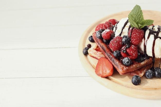 Lekkere wafel met bosbessen en aardbeien