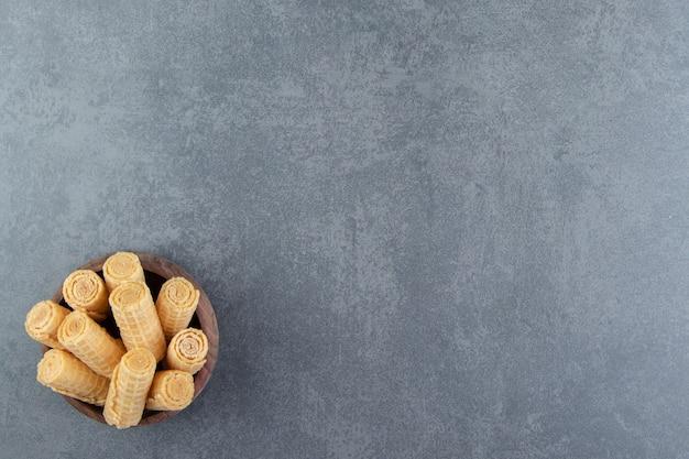 Lekkere wafelbroodjes in houten kom.