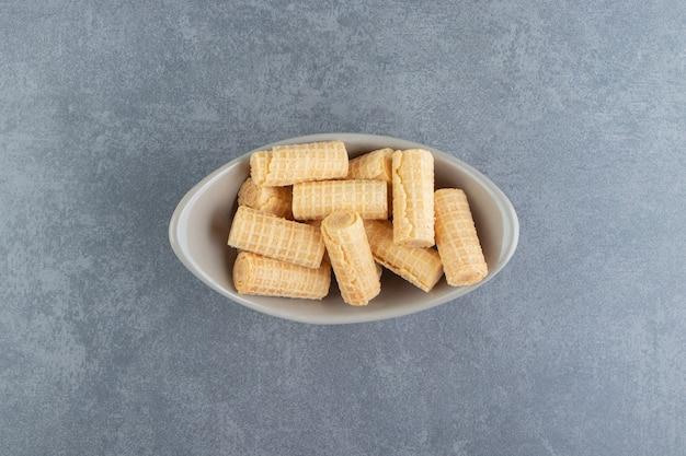 Lekkere wafelbroodjes in keramische kom.