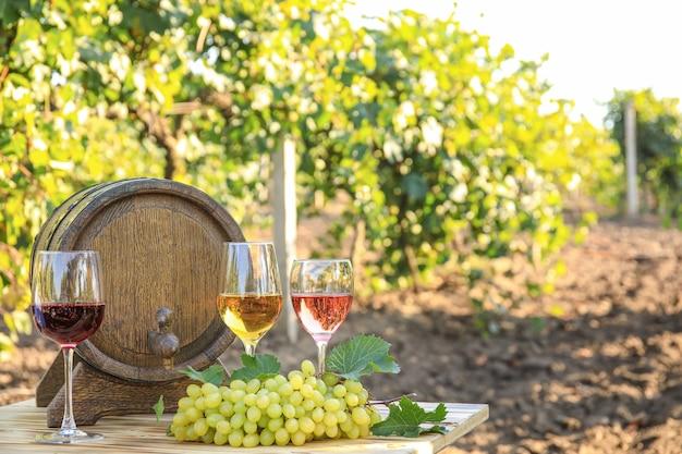 Lekkere wijn en rijpe druiven op tafel in de wijngaard