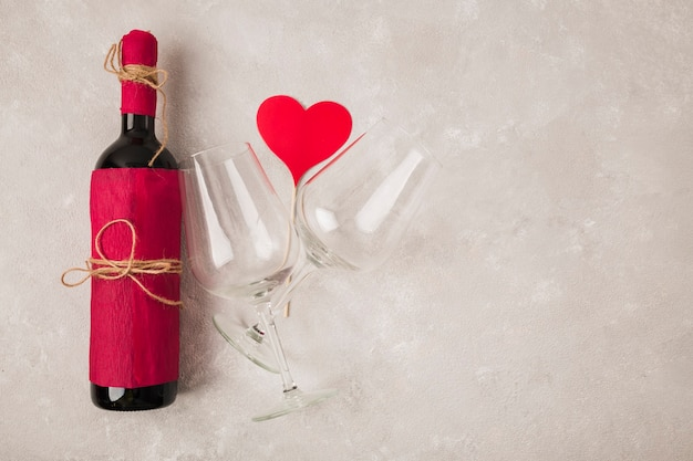 Lekkere wijn met glazen en hitteteken