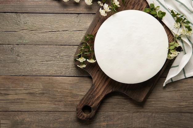 Lekkere zelfgemaakte cheesecake op een houten achtergrond. plaats voor tekst.