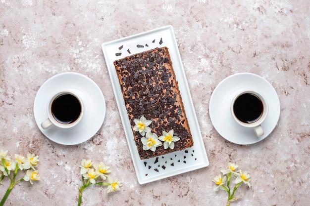 Lekkere zelfgemaakte chocoladetruffeltaart met koffie